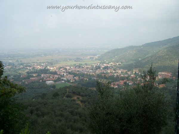 views of the famrhouse for sale in calci
