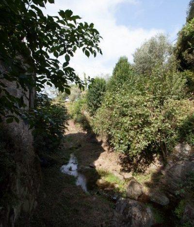 il terreno con il ruscello vicino
