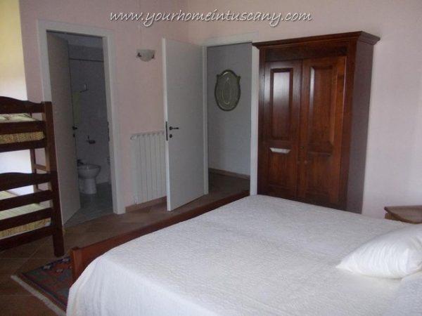 una delle camere con bagno