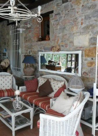 la veranda con le pareti in pietra